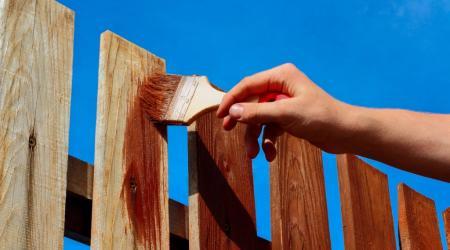 5 лайфхаков по покраске деревянного забора