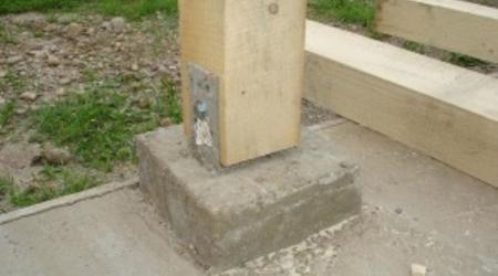 Как укрепить деревянный забор и опоры
