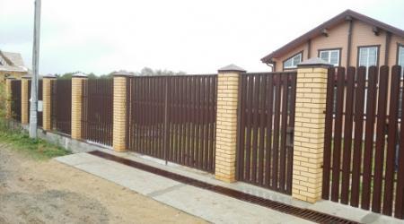 Забор из евроштакетника: отличное решение для ограждения территории